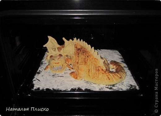Скоро Новый год, и я решила поэкспериментировать на кухне, чтобы быть готовой к празднику...  Мой Егорка очень любит драконов, поэтому возникла идея испечь пирог с начинкой в виде талисмана наступающего года...  фото 15
