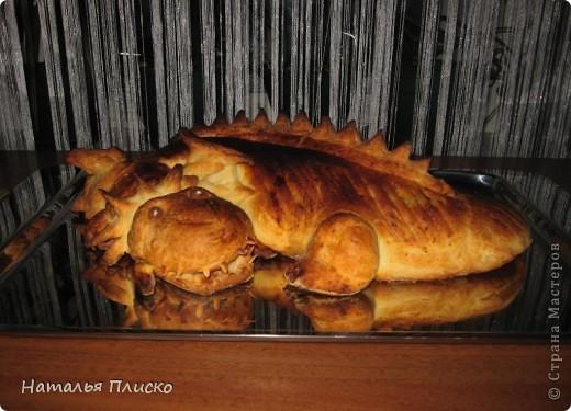 Скоро Новый год, и я решила поэкспериментировать на кухне, чтобы быть готовой к празднику...  Мой Егорка очень любит драконов, поэтому возникла идея испечь пирог с начинкой в виде талисмана наступающего года...  фото 1