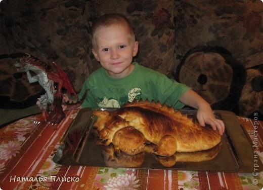 Скоро Новый год, и я решила поэкспериментировать на кухне, чтобы быть готовой к празднику...  Мой Егорка очень любит драконов, поэтому возникла идея испечь пирог с начинкой в виде талисмана наступающего года...  фото 16