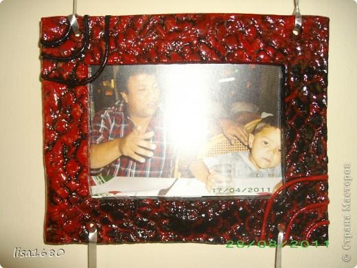 Вот такую фото рамку заказала у меня подруга, и попрасила выкрасить в чёрно красный цвет под дизайн мебели..  фото 3