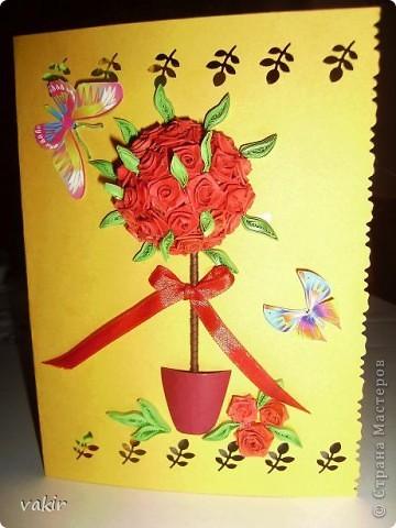 Здравствуйте! Знакомьтесь с моей новорожденной открыткой! Заказчица попросила сделать яркую открытку для яркой женщины с непростой судьбой. Вот что получилось в итоге. Захотелось сделать деревце счастья из алых роз. фото 5