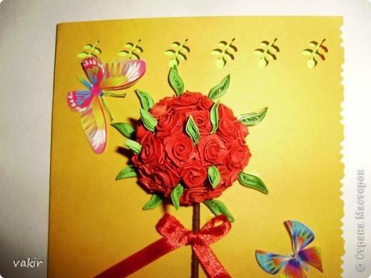Здравствуйте! Знакомьтесь с моей новорожденной открыткой! Заказчица попросила сделать яркую открытку для яркой женщины с непростой судьбой. Вот что получилось в итоге. Захотелось сделать деревце счастья из алых роз. фото 2