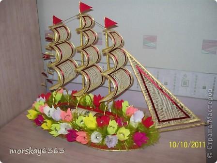 В осенние хмурые и дождливые дни захотелось сделать такой яркий красочный корабль. Длина 72 см., 51 цветок с конфеткой внутри. фото 1