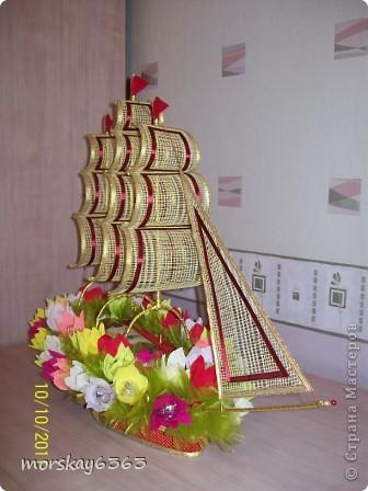 В осенние хмурые и дождливые дни захотелось сделать такой яркий красочный корабль. Длина 72 см., 51 цветок с конфеткой внутри. фото 3