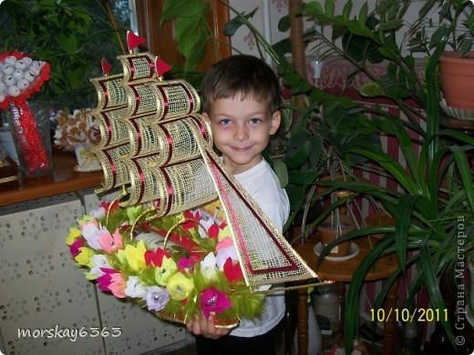 В осенние хмурые и дождливые дни захотелось сделать такой яркий красочный корабль. Длина 72 см., 51 цветок с конфеткой внутри. фото 4