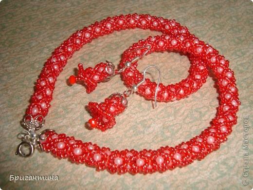 Вот такое интересное плетение решила попробовать. Получился комплект ожерелье + серьги-колокольчики. И опять для мамы :-) фото 3