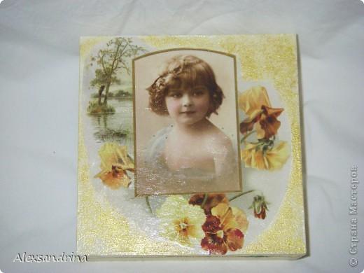 Купила декупажную карту с портретами девочек. Этот портрет - практически точная копия старшей внучки. Сделала шкатулку в подарок невестке.  фото 1