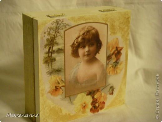 Купила декупажную карту с портретами девочек. Этот портрет - практически точная копия старшей внучки. Сделала шкатулку в подарок невестке.  фото 4