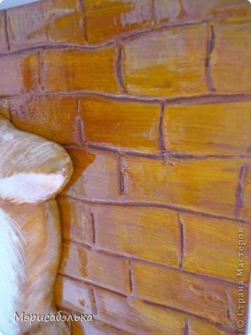 Всем привет!!!!!!!Вот такого котика я себе слепила!!!Основа - фанера,сверху тонкий слой шпатлевки,по сырому слою прорисовала стекой кирпичики и деревянный пол ,далее гуашь и лак из баллончика.Размер панно 18 на 21. фото 5