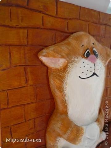 Всем привет!!!!!!!Вот такого котика я себе слепила!!!Основа - фанера,сверху тонкий слой шпатлевки,по сырому слою прорисовала стекой кирпичики и деревянный пол ,далее гуашь и лак из баллончика.Размер панно 18 на 21. фото 4