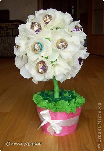 Мое первое конфетное дерево. Вначале предпологалось, что будут розы и нескольких цветов - розовые, светлорозовые и цвета шампанского. В результате получились пионы. фото 3