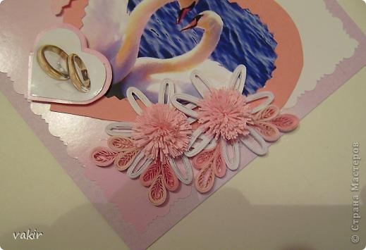 Всем доброго времени суток! Выставляю на ваш суд розового клона голубой свадебной открытки. Попросили сделать в розовых тонах. Вот что получилось. Вроде бы неплохо. Фото лебедей нашла в инете, искала, чтоб присутствовал розовый цвет. Приношу извинения за качества фото - барахлит фотоаппарат. Это фото со вспышкой. фото 2