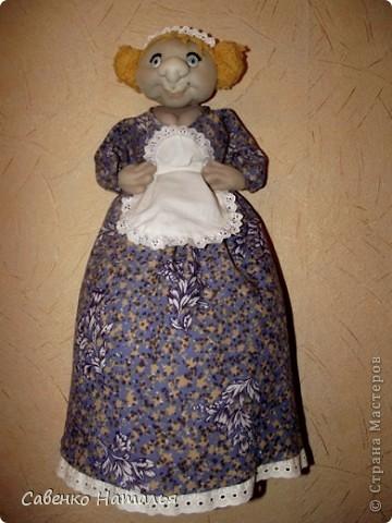 """Моя первая кукла- пакетница. Хотела сделать такую девицу-красу. А она посмотрела на меня и сказала: """"Ну какая из меня скромница? Я буфетчица Анфиса!"""" Тогда я ей сделала ей фартушек и кокошник. Она обрадовалась и еще руки в бока поставила. Глаза раскрасила лаками для ногтей белого, черного и голубого цвета. Прошу любить и жаловать. фото 1"""