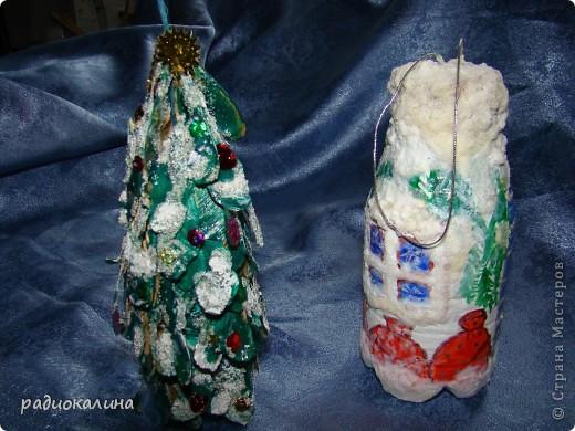 Грустил маленький домик снеговичка и чтобы ему было веселее придумалась маленькая елочка ( бутылочки пластмаасовые все никак не кончатся). фото 1