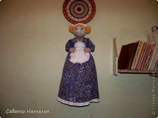 """Моя первая кукла- пакетница. Хотела сделать такую девицу-красу. А она посмотрела на меня и сказала: """"Ну какая из меня скромница? Я буфетчица Анфиса!"""" Тогда я ей сделала ей фартушек и кокошник. Она обрадовалась и еще руки в бока поставила. Глаза раскрасила лаками для ногтей белого, черного и голубого цвета. Прошу любить и жаловать. фото 3"""