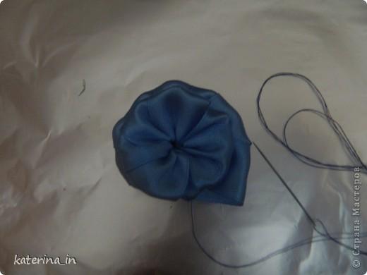 Предлагаю Вам,уважаемые мастерицы,2 МК в одной теме,как создать цветы из лент легко и просто,но красиво и быстро!Вот здесь http://stranamasterov.ru/node/254663  которые я уже выставляла,решила сделать МК,чтобы поделиться с вами опытом. фото 9