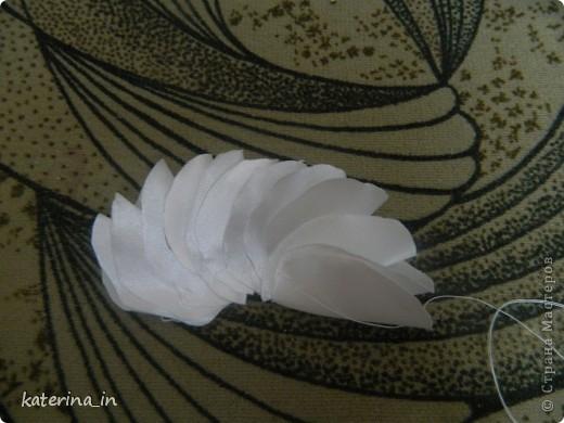 Предлагаю Вам,уважаемые мастерицы,2 МК в одной теме,как создать цветы из лент легко и просто,но красиво и быстро!Вот здесь http://stranamasterov.ru/node/254663  которые я уже выставляла,решила сделать МК,чтобы поделиться с вами опытом. фото 23