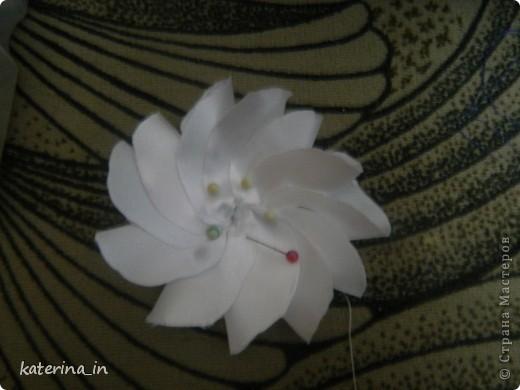 Предлагаю Вам,уважаемые мастерицы,2 МК в одной теме,как создать цветы из лент легко и просто,но красиво и быстро!Вот здесь http://stranamasterov.ru/node/254663  которые я уже выставляла,решила сделать МК,чтобы поделиться с вами опытом. фото 24