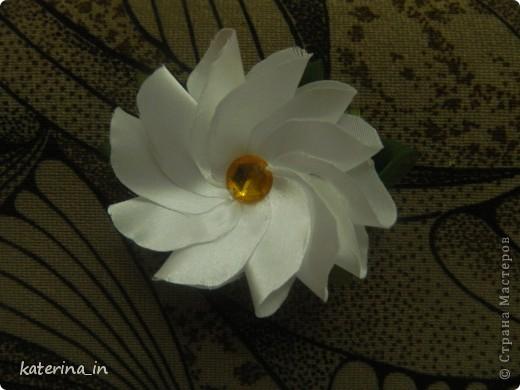 Предлагаю Вам,уважаемые мастерицы,2 МК в одной теме,как создать цветы из лент легко и просто,но красиво и быстро!Вот здесь http://stranamasterov.ru/node/254663  которые я уже выставляла,решила сделать МК,чтобы поделиться с вами опытом. фото 25