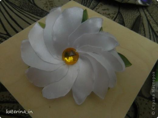 Предлагаю Вам,уважаемые мастерицы,2 МК в одной теме,как создать цветы из лент легко и просто,но красиво и быстро!Вот здесь http://stranamasterov.ru/node/254663  которые я уже выставляла,решила сделать МК,чтобы поделиться с вами опытом. фото 20