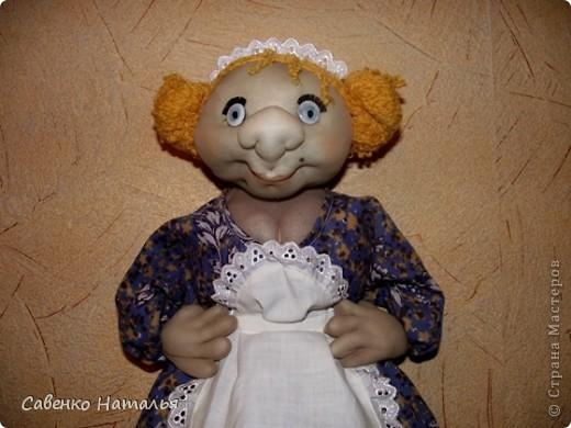 """Моя первая кукла- пакетница. Хотела сделать такую девицу-красу. А она посмотрела на меня и сказала: """"Ну какая из меня скромница? Я буфетчица Анфиса!"""" Тогда я ей сделала ей фартушек и кокошник. Она обрадовалась и еще руки в бока поставила. Глаза раскрасила лаками для ногтей белого, черного и голубого цвета. Прошу любить и жаловать. фото 2"""