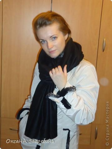 Полюбился мне шарф-труба, или, как его еще называют, - снуд или хомут. Универсальная вещь: хочешь, - шарфом носи, хочешь, - капюшоном! Есть у меня один приобретенный, с перчатками, в комплект к сумке. Красота! Но он дымчато-синий! А мне так не хватало черного! Давно зрела сшить себе такой, а вот вчера наткнулась в своих закромах на отрез черного флиса, и за 10 минут шарф был готов! Вот, оцените! :) фото 2