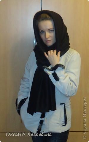 Полюбился мне шарф-труба, или, как его еще называют, - снуд или хомут. Универсальная вещь: хочешь, - шарфом носи, хочешь, - капюшоном! Есть у меня один приобретенный, с перчатками, в комплект к сумке. Красота! Но он дымчато-синий! А мне так не хватало черного! Давно зрела сшить себе такой, а вот вчера наткнулась в своих закромах на отрез черного флиса, и за 10 минут шарф был готов! Вот, оцените! :) фото 3