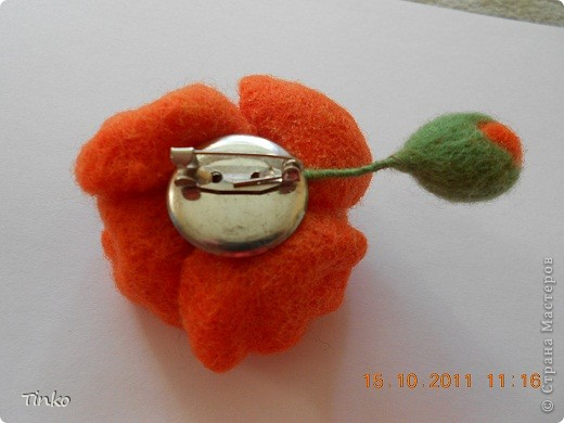 Очередная цветочная брошечка, свалянная на каркасе. После шиповников осваиваю тему маков))), второй уже на подходе...  фото 3