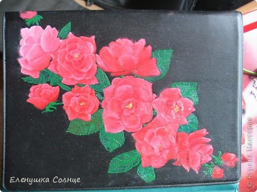 Вот такую салфеточку связала моя доча. А на салфетке лежит папка для блоков, которая была однотонного темно-зеленого цвета. Воодушевившись моим декупажем папки, дочь пошла дальше- она эти шикарные розы нарисовала масляными красками. фото 2
