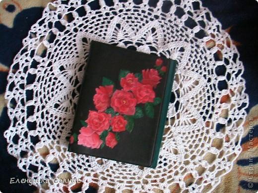 Вот такую салфеточку связала моя доча. А на салфетке лежит папка для блоков, которая была однотонного темно-зеленого цвета. Воодушевившись моим декупажем папки, дочь пошла дальше- она эти шикарные розы нарисовала масляными красками. фото 1