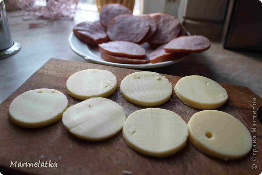 Понадобится: 300 г сыра, 500г ветчины укроп 3 яйца 2-3 стюлю горчицы 1 ст.л. муки 6ст.л. панир. сухарей соль, перец растит. масло фото 2