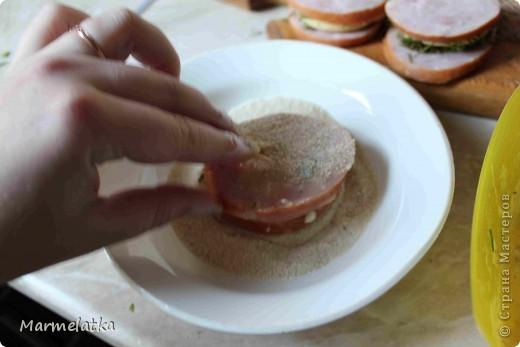Понадобится: 300 г сыра, 500г ветчины укроп 3 яйца 2-3 стюлю горчицы 1 ст.л. муки 6ст.л. панир. сухарей соль, перец растит. масло фото 11