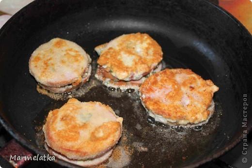 Понадобится: 300 г сыра, 500г ветчины укроп 3 яйца 2-3 стюлю горчицы 1 ст.л. муки 6ст.л. панир. сухарей соль, перец растит. масло фото 12