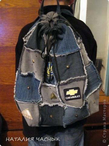 Сегодня я представляю рюкзак сшитый из джинсовых лоскутов, точнее из джинсов, которые не носились давно или были малы и все время занимали место в шкафу(жалко выбрасывать).Всегда думаешь -авось пригодятся . Его я пошила детям на тренировки для спортивной обуви и одежды, фото 1