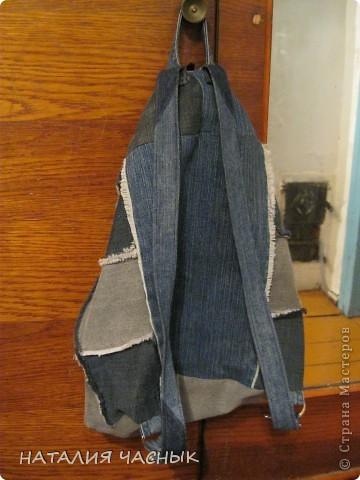 Сегодня я представляю рюкзак сшитый из джинсовых лоскутов, точнее из джинсов, которые не носились давно или были малы и все время занимали место в шкафу(жалко выбрасывать).Всегда думаешь -авось пригодятся . Его я пошила детям на тренировки для спортивной обуви и одежды, фото 2