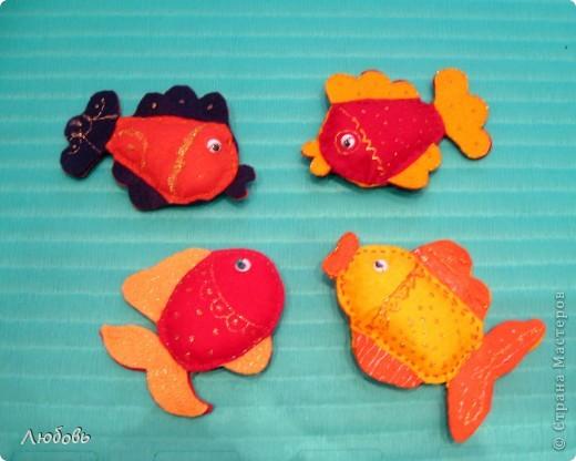 """Мои ученики  продолжают осваивать шов """"вперёд иголкой"""". На этот раз шьём рыбок из фетра и хозяйственных салфеток. Дополнительно рыбок разукрашиваем контурами для ткани и фломастерами. На этой фотографии рыбки от Антона (3кл), Кати (3кл) и Насти ( 1 кл). Одна рыбка моя как образец.  фото 1"""
