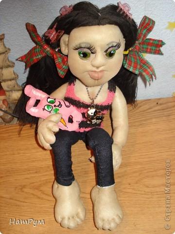 """Это моя первая БОЛЬШАЯ 45см портретная кукла. Делала ее для дочери и поэтому зовут их одинаково - Кристина. Она на проволочном каркасе, принимает разные позы и отражает разные увлечения моего детеныша. """"Побренчали на балалайке"""" - пошли дальше. фото 3"""
