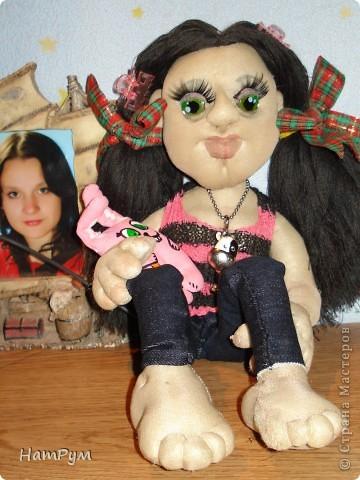 """Это моя первая БОЛЬШАЯ 45см портретная кукла. Делала ее для дочери и поэтому зовут их одинаково - Кристина. Она на проволочном каркасе, принимает разные позы и отражает разные увлечения моего детеныша. """"Побренчали на балалайке"""" - пошли дальше. фото 4"""