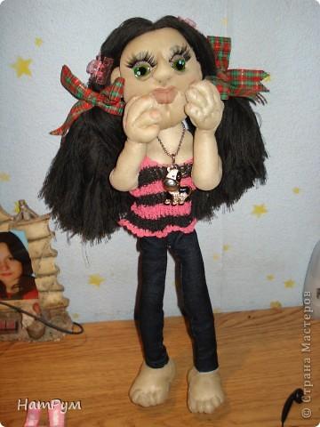 """Это моя первая БОЛЬШАЯ 45см портретная кукла. Делала ее для дочери и поэтому зовут их одинаково - Кристина. Она на проволочном каркасе, принимает разные позы и отражает разные увлечения моего детеныша. """"Побренчали на балалайке"""" - пошли дальше. фото 2"""