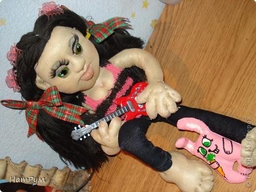 """Это моя первая БОЛЬШАЯ 45см портретная кукла. Делала ее для дочери и поэтому зовут их одинаково - Кристина. Она на проволочном каркасе, принимает разные позы и отражает разные увлечения моего детеныша. """"Побренчали на балалайке"""" - пошли дальше. фото 1"""