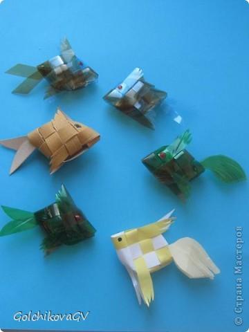 Очень понравилось делать рыбок из пластика. Дети тоже с удовольствием выполнили эту работу из бумаги, чуть посложнее было выполнить из пластиковой бутылки, но они так же справились! фото 2