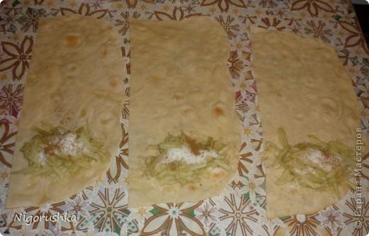 """Сегодня хочу угостить  вас очень быстрым и вкусным десертом. Яблочные рулетики из лаваша от Изюминки (Евгении) с кулинарного форума """"Готовим дома"""". На 1 рулет : полоска лаваша шириной 15 см и длиной в половину лаваша, 1 яблоко , сахар, корица, сливочное масло .   фото 2"""