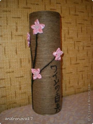 упаковочная коробка обмотана шпагатом,веточка из ниток для вязания,цветы сшиты из атласа и иероглифы просто нарисованы черной гуашью..