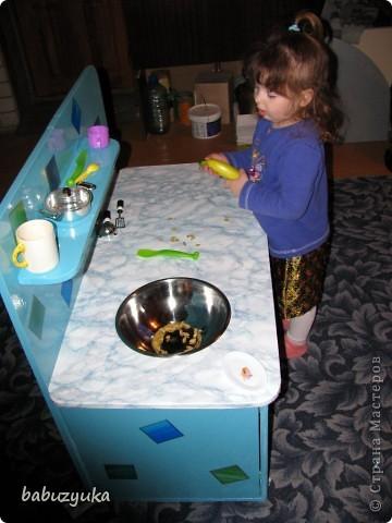 Вот такую кухню мы делали для детского садика. Был вариант заказать (соседняя группа потратила на это около 20 тыс.) Но мы решили пойти по бюджетному пути )))) т.к. и так все игрушки и оборудование покупали родители на свои деньги. фото 2