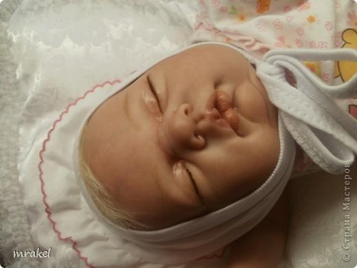 Первая изготовленная мной кукла-реборн. Дебют.  Кукла расписана специальными красками гинезис, закреплена маттварнишем, реснички и волосы прошиты нежным махером, утяжелена кукла стекло и пластикогранулятом, набита синтепоном. Родилась малышка 23 февраля, рост 50см., вес около 3 кг. Должен был быть мальчик, а получилась девочка, я назвала её Соней. Познакомьтесь! фото 7