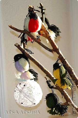 Птички прилетели...Итак нужны нитки и 5 минут свободного времени.
