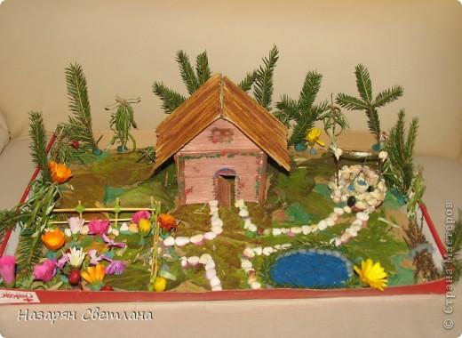 """Поделки сделанные в 4 классе  Домик в деревне.  Я сделала эти поделки на конкурс """"Осенний калейдоскоп"""". Нам нужно было сделать поделки из природного материала, но можно и использовать другие материалы как клей, пластилин, игрушки, краски. В поделке """"Домик в деревне"""", я решила использовать крышку коробки(на ней я делала поделку),   листья(трава), картон(сперва домик был сделан из картона, потом я приклеила на него макароны и соломки), макароны(я их приклеила на домик), соломки(клеила на крышу), ветки ёлки(деревья), цветочки(как украшение), ветки дерева жасмин(забор, в углу как будто дрова), камни и ракушки(колодец), нитки(придерживали ведро колодца), пластилин. фото 1"""