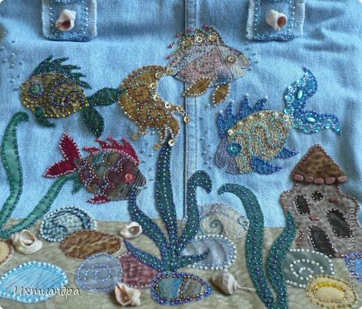 Летняя сумочка из старых джинсов. Рыбки украшены бисером. фото 2