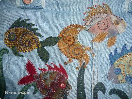 Летняя сумочка из старых джинсов. Рыбки украшены бисером. фото 3