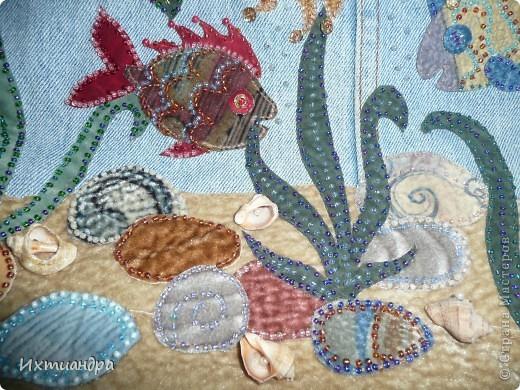 Летняя сумочка из старых джинсов. Рыбки украшены бисером. фото 4